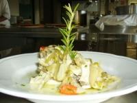 nasello con zucchine e peperoni marinate al vino