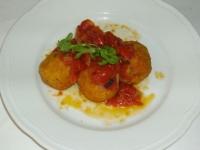 nocette di pesce  fritte con salsa bi pomodoro fresco e rucola